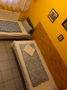 A bed or beds in a room at Sashalom Hotel