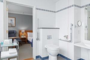 A bathroom at Holiday Inn London Kensington Forum, an IHG Hotel