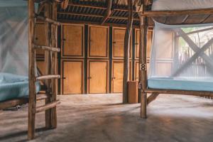 A bunk bed or bunk beds in a room at Los Hermanos Beach Hostal
