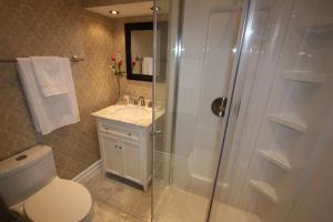 A bathroom at Balmoral House Bed & Breakfast