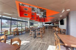 A restaurant or other place to eat at Comfort Inn Airport West
