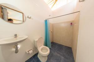 A bathroom at El Zoo Hostel, Bar & Pool