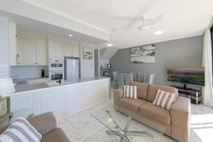 A kitchen or kitchenette at Unit 8, Bronte of Coolum, 8 - 12 Coolum Terrace Coolum Beach, 500 Bond, LINEN INCLUDED, WIFI