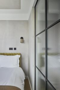 A bed or beds in a room at Kingsland Locke