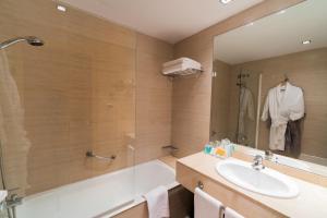 A bathroom at Hotel Cristina by Tigotan Las Palmas
