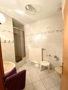 A bathroom at Hotel zum Hahn
