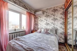 A bed or beds in a room at Апартаменты на Воробьевых горах, возле Лужников