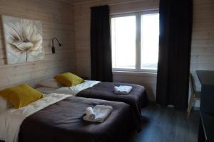 A bed or beds in a room at Tallusniemi Villas