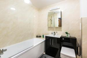 A bathroom at Stevenage - Dwellers Delight Luxury Stay Serviced Accommodation , 2 Bedroom Apartment, Free Wifi & Balcony