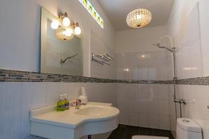 A bathroom at Yao Yai Beach Resort