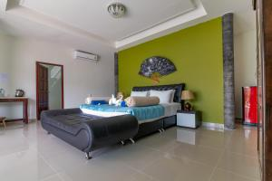A bed or beds in a room at Yao Yai Beach Resort