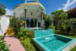 The swimming pool at or close to Yao Yai Beach Resort