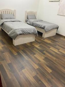 Cama ou camas em um quarto em Lausanne Taybat Apartment -Aljameaat