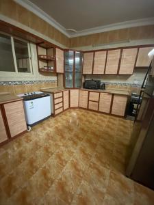 A cozinha ou cozinha compacta de Lausanne Taybat Apartment -Aljameaat