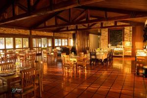 A restaurant or other place to eat at Pousada Recanto do Turvo