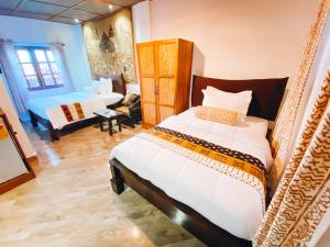 A bed or beds in a room at Ike's Cultural Village