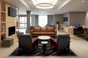 A seating area at Fairfield Inn & Suites by Marriott Montreal Airport