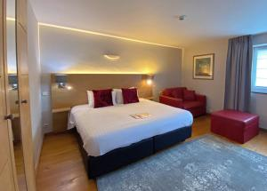 A bed or beds in a room at Hotel Côté Cour