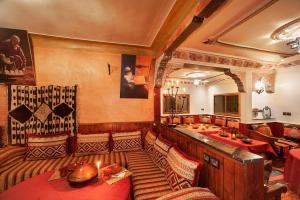Ein Restaurant oder anderes Speiselokal in der Unterkunft Dar Adrar