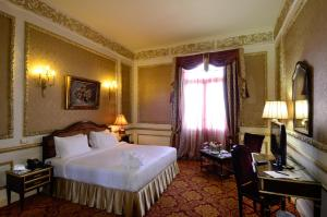 A bed or beds in a room at Paradise Inn Windsor Palace Hotel