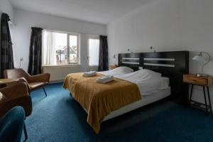 A bed or beds in a room at De Watersport Heeg