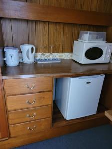 A kitchen or kitchenette at Glynlea Motel