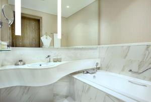 A bathroom at DoubleTree by Hilton Doha Old Town