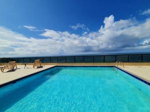 A piscina localizada em Apartamento Farol Barra Flat ou nos arredores