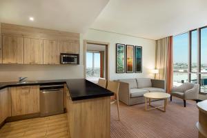 A cozinha ou cozinha compacta de Hilton Garden Inn Al Khobar