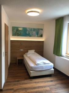 Ein Bett oder Betten in einem Zimmer der Unterkunft Hotel-Restaurant Ochsen