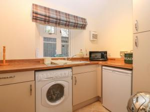 A kitchen or kitchenette at Beechgrove Cottage