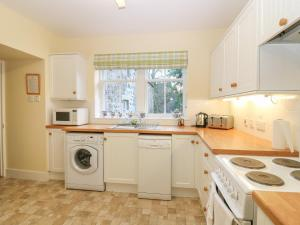 A kitchen or kitchenette at North Mains Cottage