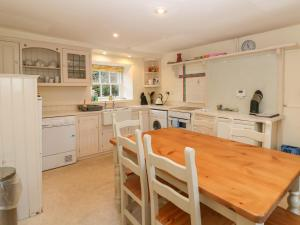 A kitchen or kitchenette at South Mains Cottage