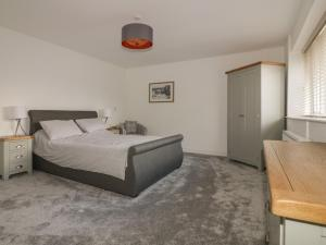 A bed or beds in a room at Brewers Cottage