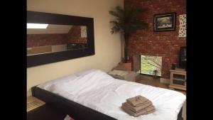 A bed or beds in a room at Lime Square Loft