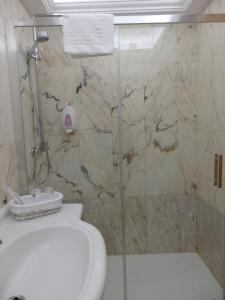 A bathroom at Hotel Aranda