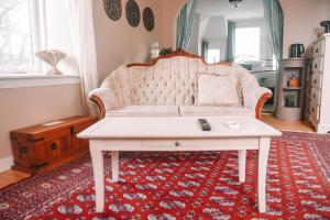 A seating area at Bellas Castle Bed and Breakfast