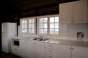 A kitchen or kitchenette at NRMA Lake Somerset Holiday Park