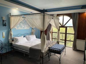 Un pat sau paturi într-o cameră la Predeal Comfort Suites