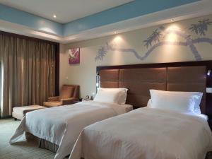 سرير أو أسرّة في غرفة في فندق دايسن العالمي