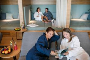 A family staying at Quellenhotel Heiltherme Bad Waltersdorf - 2-Thermenresort