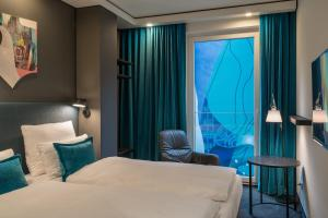 Una cama o camas en una habitación de Motel One Berlin-Alexanderplatz