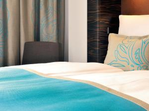 A bed or beds in a room at Motel One Berlin-Bellevue