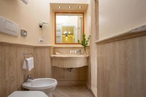 A bathroom at Hotel Mozart