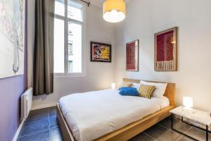 A bed or beds in a room at Le Pytheas