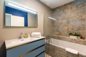 A bathroom at Mimi - Bel appartement climatisé avec vue sur Notre Dame, refait à neuf