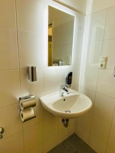 A bathroom at bestprice Hotel Aachen Hauptbahnhof