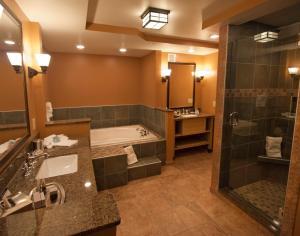 A bathroom at 1000 Islands Harbor Hotel