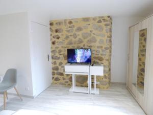 Télévision ou salle de divertissement dans l'établissement Maison de 3 chambres a Brioude avec magnifique vue sur la ville et WiFi