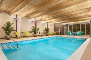 The swimming pool at or close to Home2 Suites By Hilton Glen Mills Chadds Ford